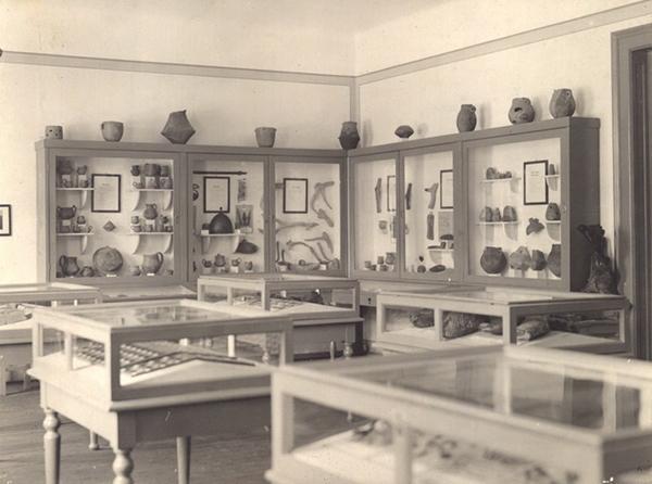 Múzeumbelső a Polgári Fiúiskola épületében az 1930-as években, ma Implom József Általános Iskola