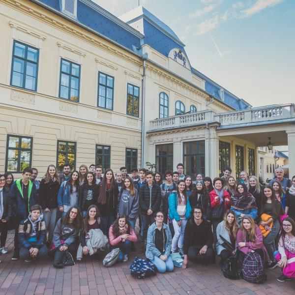 Talján diákok vették be az Almásy-kastélyt