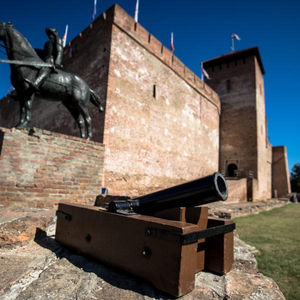 Díszlövések a várvédő hősök tiszteletére