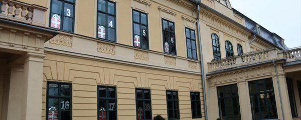 Adventi kalendárium és életnagyságú Diótörő báb az Almásy-kastélyban